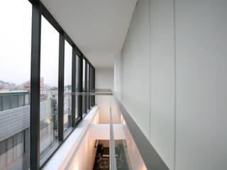 Modern Corridor, Hallway and Staircase by 건축사사무소 힘 Modern
