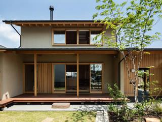 軒下空間を介して繋がる建物の内と外: 小笠原建築研究室が手掛けた一戸建て住宅です。