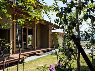 お庭よりテラスをのぞく: 小笠原建築研究室が手掛けた庭です。