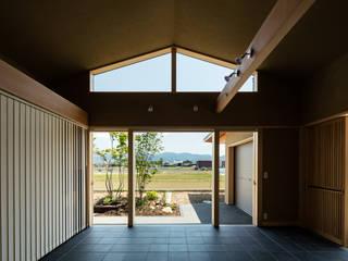 景色を楽しむ: 小笠原建築研究室が手掛けた木製サッシです。