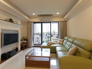 面積不小的陽台讓花草植物增添花園的感覺:  露臺 by 弘悅國際室內裝修有限公司