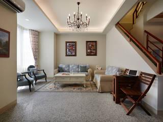 偌大的客廳,沒有更改當地盛產的地才,只有輕鬆寫意的擺放:  客廳 by 弘悅國際室內裝修有限公司