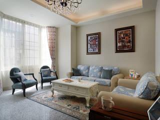 手作的拼圖掛畫是女屋主的精心巧手:  客廳 by 弘悅國際室內裝修有限公司