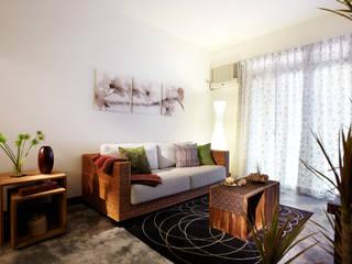 藤編沙發搭配柚木實木木箱,既可坐又可放,增添空間的隨意感 弘悅國際室內裝修有限公司 Living room Solid Wood Wood effect