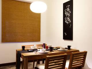 質樸的老柚木餐桌選用戶外感的餐椅充滿扎實感,編麻的片廉有點日式的簡約 Asian style dining room by 弘悅國際室內裝修有限公司 Asian Concrete