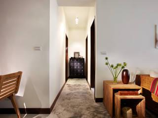 不可避免的過道透過燈光的修飾以及老件傢俱的搭配與水泥地坪的調和形成遠處的端景 弘悅國際室內裝修有限公司 亞洲風玄關、階梯與走廊 水泥 Grey
