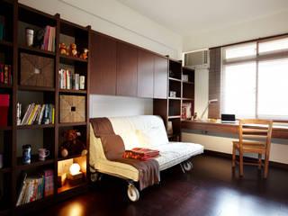 多功能的沙發床,平時是閱讀放鬆的沙發,客到即刻變身為彈性調整的雙人床:  臥室 by 弘悅國際室內裝修有限公司