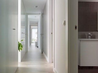 Modern Corridor, Hallway and Staircase by ADDOMO Modern
