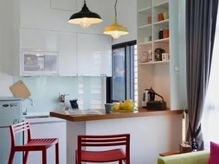 因為是小坪數的套房,設計師為了讓空間更寬敞有更多樣使用的可能,只以吧檯來區隔廚房與客廳。 大觀創境空間設計事務所 現代廚房設計點子、靈感&圖片