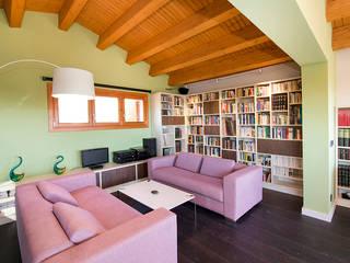Casa en Sant Pau d'Ordal: Salones de estilo  de Silvia R. Mallafré