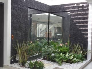 Espejos de agua con marcos en piedra Escapatin negra con pátina plata:  de estilo  por Creart Acabados