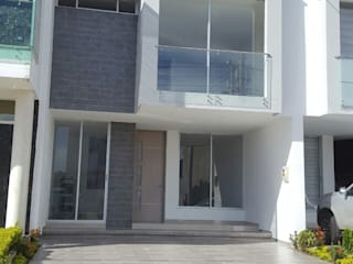 Modern Houses by CONSTRUCTOR INDEPENDIENTE Modern