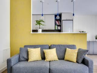 Canapé convertible gris avec ses coussins jaunes:  de style  par ATDECO