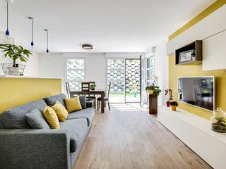 Un salon optimisé et gai avec sa touche de jaune:  de style  par ATDECO