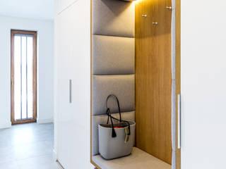 Subtelna elegancja Nowoczesny korytarz, przedpokój i schody od WOJSZ STUDIO Nowoczesny