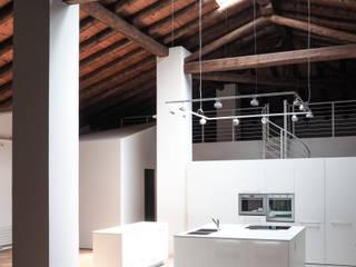 Ex opificio a Bergamo: Soggiorno in stile  di bernuzzisamoriarchitetti