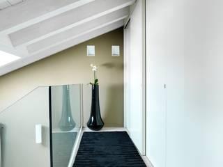 Ballatoio piano primo.: Ingresso & Corridoio in stile  di Daniele Franzoni Interior Designer - Architetto d'Interni