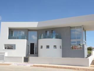 Fachada Principal: Casas de estilo  de Estudio de Arquitectura, Interiorismo, Decoración y Urbanismo