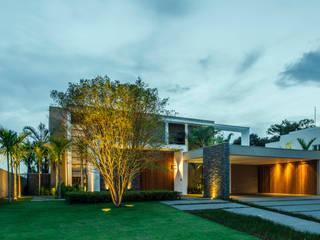 Tropical style gardens by Le Jardin Arquitectura Paisagística Tropical