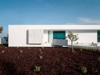 Casa Carrara - Praia da Luz Lagos: Casas  por Tendenza -  Interiors & Architecture Studio