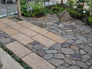 石畳のテラス: ツガワランドスケープが手掛けた庭です。