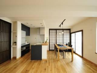 和とりどり ー日本美に囲まれてー: TBJインテリアデザイン建築事務所が手掛けたリビングです。,和風