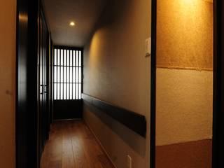 和とりどり ー日本美に囲まれてー: TBJインテリアデザイン建築事務所が手掛けた廊下 & 玄関です。,和風