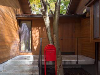 軽井沢 つなぐ家/改修別荘: 一級建築士事務所 アトリエ カムイが手掛けた廊下 & 玄関です。,北欧