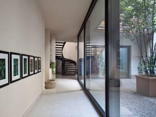 Barzaghi Mansion Ingresso, Corridoio & Scale in stile moderno di Orsini Architects Moderno