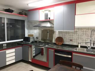 Cozinha em 3 cores Lucia Helena Bellini arquitetura e interiores Cozinhas modernas MDF Vermelho