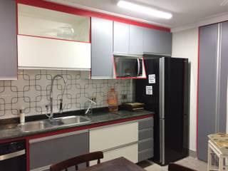 Cozinha em 3 cores Lucia Helena Bellini arquitetura e interiores Cozinhas modernas MDF Cinza