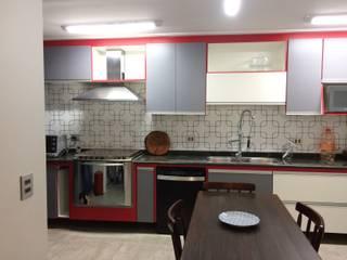 Cozinha em 3 cores Lucia Helena Bellini arquitetura e interiores Cozinhas modernas Azulejo Branco