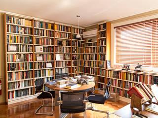 Sala con Biblioteca: Escuelas de estilo  por RENOarq