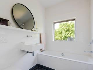Bathroom homify Moderne Badezimmer Fliesen Weiß
