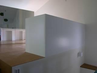 ห้องนั่งเล่น โดย 濱嵜良実+株式会社 浜﨑工務店一級建築士事務所,