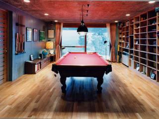 ビリヤード室: 株式会社ラウムアソシエイツ一級建築士事務所が手掛けた書斎です。