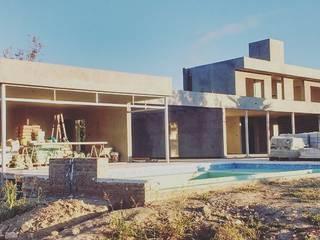 Piscina moderna di Arquitecto Nicolás Mora Moderno