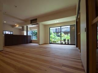 家族構成の変化に合わせたリノベーション/松葉: 森村厚建築設計事務所が手掛けたリビングです。