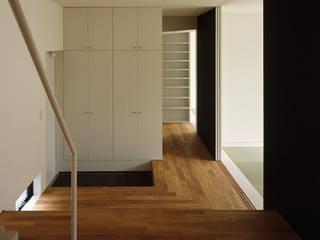 永田の住宅 The house in Nagata モダンスタイルの 玄関&廊下&階段 の 栗原正明建築設計室 モダン
