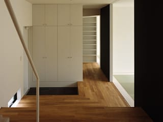Modern Corridor, Hallway and Staircase by 栗原正明建築設計室 Modern
