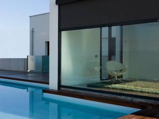 CORTINA ENROLLABLE EXTERIOR: Oficinas y Tiendas de estilo  de GRAVENT