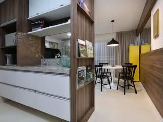 Atelier Tríade Arquitetura مطبخألواح المطبخ White
