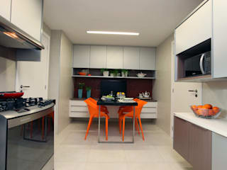 Kitchen by Atelier Tríade Arquitetura, Classic