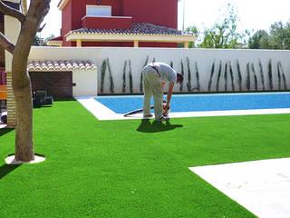 Instalación de Césped Artificial en chalet de la Pobla de Vallbona (Valencia):  de estilo  de Arturf (Césped Artificial)