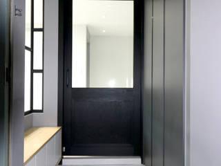 Koridor & Tangga Modern Oleh Design Studio Grid+A Modern