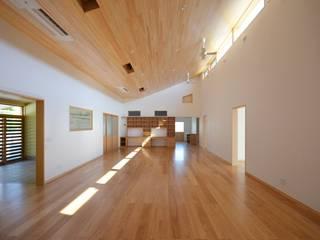 受け容れる家: 麻生建築設計工房が手掛けたリビングです。