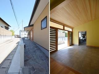 受け容れる家: 麻生建築設計工房が手掛けた廊下 & 玄関です。