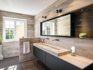 Réaménagement d'une salle de bain Salle de bain minimaliste par La Fable Minimaliste