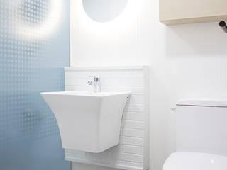 Modern Bathroom by 플레이디자인 Modern