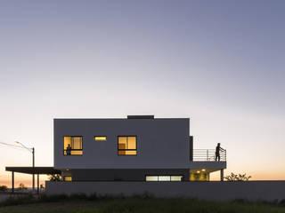 Minimalist houses by Taguá Arquitetura Minimalist